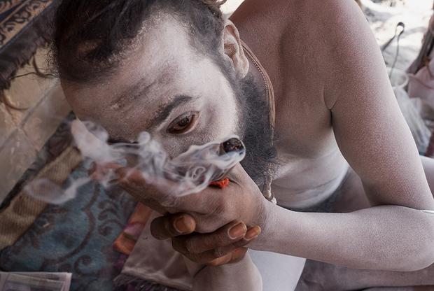 Сумер поглощает дым в любом виде — хоть сигаретный, хоть от костра. Нага-баба не признает слабые сигареты и называет их «девчачьими». Он покупает только самые крепкие индийские марки. Покурить со святым считается почетным занятием. Любой страждущий  может принести садху сигаретку, раскурить ее вместе с ним и задать вопросы, на которые ищет ответ.