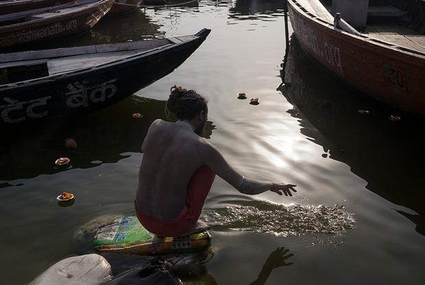 Сумер готовится к купанию в Ганге. Вода с утра холодная, но Сумер решительно заходит в реку.