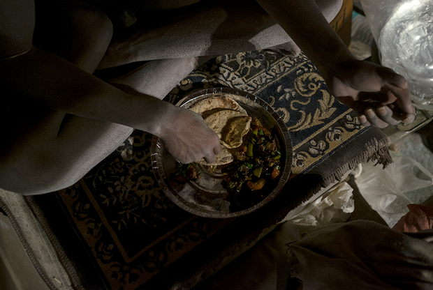 Ужин Сумера — три лепешки из муки, испеченные на костре, чай с молоком и овощи — острейший перец и помидоры. Так нага-баба заканчивает свой день и засыпает на прохладном и тихом берегу Ганга.