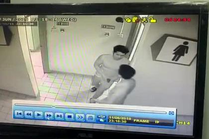 Извращенец подглядывал за женщинами в туалете и попал на видео