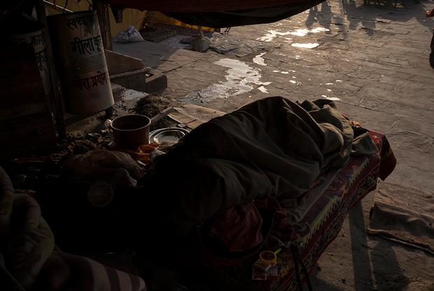Сумер и его товарищи спят на берегу Ганга, прямо на улице, на каменных скамейках. Их лагерь находится возле Дашашвамеда — главного гхата в городе Варанаси. От ночной и утренней прохлады спасают теплые одеяла. Впрочем, холодно в Индии бывает не дольше месяца.