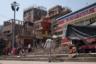Несколькими словами и жестами Сумер объясняет, что во время и после священных фестивалей нага-бабы скитаются по священным городам — Варанаси и Бриндабану.