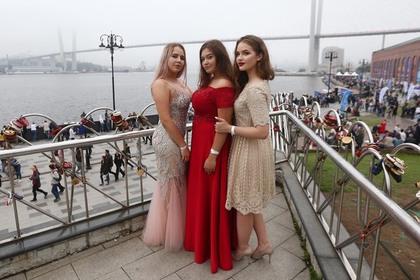 Названа средняя стоимость выпускных платьев в Москве