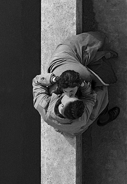 Орват не раз говорил, что в начале карьеры неоценимое влияние на его стиль оказал великий фотограф Анри Картье-Брессон — это он посоветовал выросшему в Италии выходцу из семьи врачей сменить более громоздкую камеру на маленькую Leica и отправиться в путешествие по Азии, снимки из которого и принесли Орвату первую известность. В 1955-м молодой фотограф обосновался в Париже и уже там заслужил статус революционера и классика жанра.