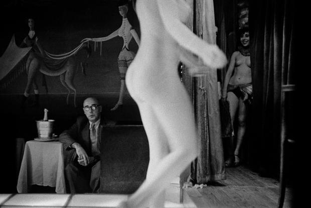 """Для специального проекта The Guardian «Мой лучший кадр» Орват <a href=""""https://www.theguardian.com/artanddesign/2014/mar/06/frank-horvat-best-shot-photography"""" target=""""_blank"""">выбрал</a> именно этот снимок — сделанный им в парижском борделе Le Sphynx в 1956-м. По впечатлениям Франка, Париж 1950-х разительно отличался от того романтического, идеализированного образа, который складывался в работах фотографов-гуманистов: «Это был бедный, запущенный город. О районе Пигаль пели песни и сочиняли стихи, но это было злачное, грязное место»."""