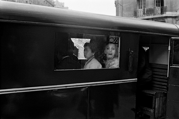 В 1956-м Орват по заказу американского агентства создал цикл фотографий о ночной жизни Парижа для мужских журналов — в итоге в его объектив попали не воображаемые гламур и лоск города, который всегда с тобой, а противоречивая, часто неприглядная жизнь еще не оправившейся от войны французской столицы.
