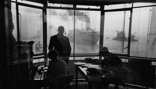 Одним из любимых приемов Орвата на протяжении всей его карьеры был поиск в обыденных, повседневных ситуациях подспудного гротеска и абсурда, благодаря чему его фотографии часто преисполнены почти фантастического символизма.