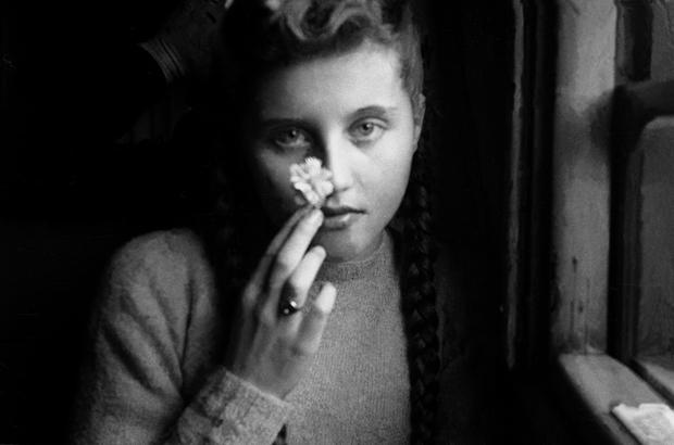 Когда в середине 1950-х Орват — по его словам, ради заработка — обратится к жанру фэшн-фотографии, ключевым элементом его метода станет выбор моделей. Причем, как говорит фотограф, нередко решение о приглашении модели на съемку он будет принимать еще до личной встречи, по звуку женского голоса во время телефонного разговора.