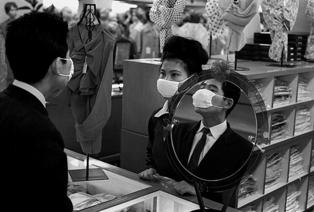 Выбор снимков для охватившей всю карьеру Орвата ретроспективы «Дом пятнадцати ключей» определялся не столько темой, жанром или объектом съемки, сколько собственными чувствами фотографа — тем, насколько личным получился его контакт со сделанным десятилетия назад кадром.
