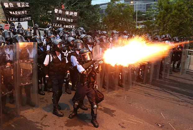 Полиция обстреливает толпу слезоточивым газом