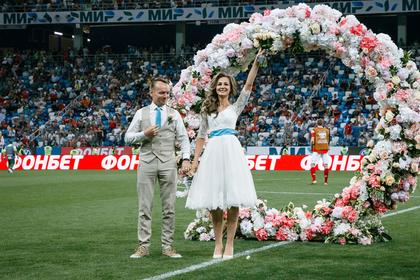 Болельщики устроили свадьбу в перерыве матча сборной России