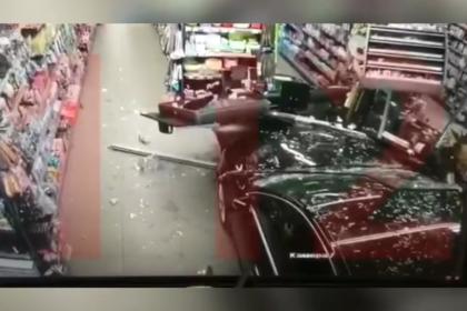 Россиянин на полном ходу протаранил супермаркет и перекрестился