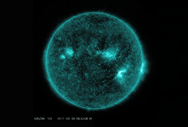 Район прорыва магнитного поля через фотосферу и солнечная вспышка (внизу справа на солнечном диске).