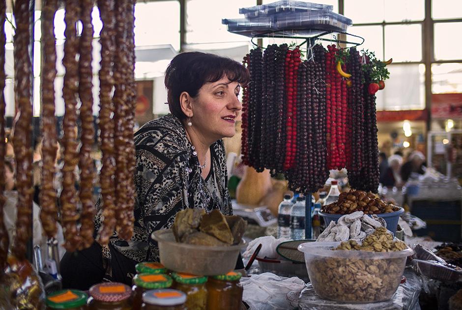 Армянки всегда много работали. Например, в торговле. На большинстве рынков сладости, фрукты, одежду и украшения продают именно они.