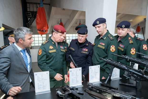 Виктор Золотов во время рабочего визита в Турцию осматривает оружие, состоящее на вооружении сил правопорядка этой республики