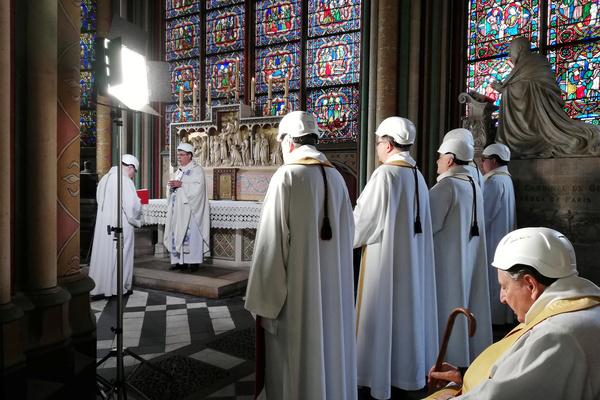 В соборе Парижской Богоматери отслужили мессу в касках
