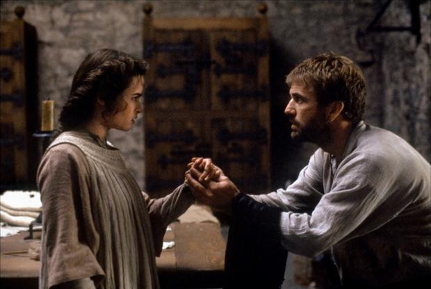 Именно Дзеффирелли ответственен и за одну из лучших экранизаций «Гамлета» — в образцово выстроенном кадре итальянского режиссера даже австралиец Мел Гибсон неожиданно выглядит актером, как будто воспитанным на Шекспире на британской театральной сцене. Сам же режиссер придает шекспировской классике понятности и внятности, обходясь при этом без пошлых попыток ее осовременить или перелопатить.