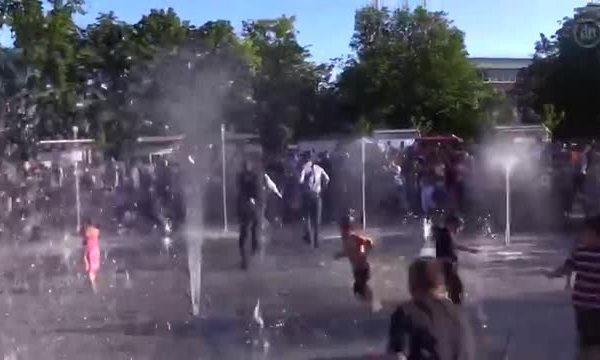 Зеленский порезвился в фонтане