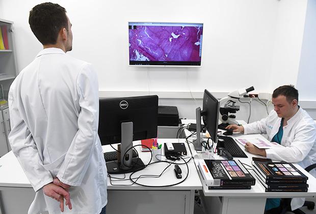 Сотрудники цифровой лаборатории для диагностики рака
