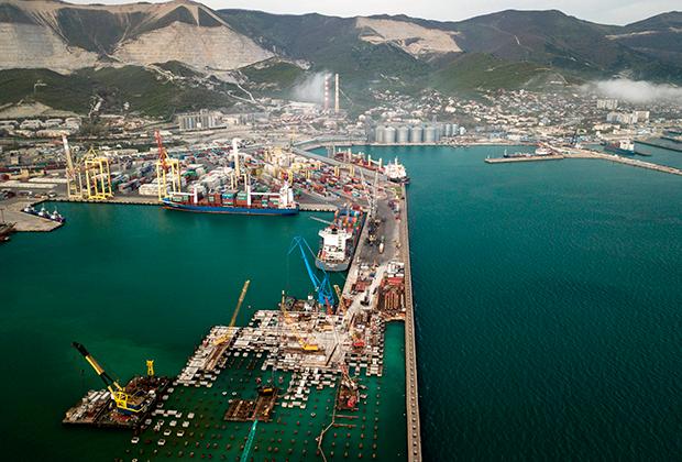 Вид на морской торговый порт в Цемесской бухте Новороссийска