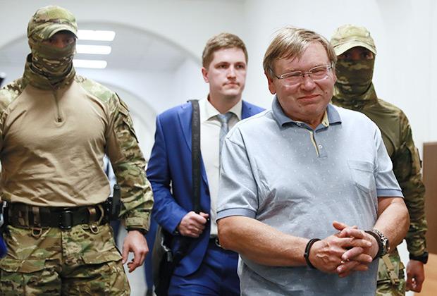 Бывший губернатор Ивановской области Павел Коньков (справа), обвиняемый в хищении 700 миллионов рублей, в Басманном суде