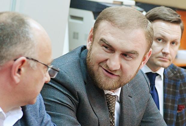 Сенатор Рауф Арашуков (в центре), задержанный в зале заседаний Совета Федерации по подозрению в участии в преступной группировке