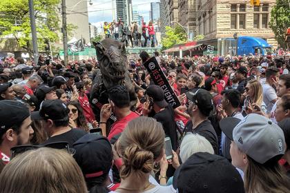 Неизвестный открыл стрельбу во время чемпионского парада в Торонто