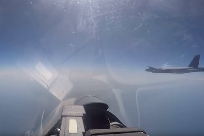 Перехват бомбардировщика США у границ России показали на видео