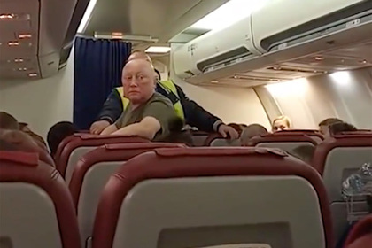 Россияне отказались лететь на заглохшем самолете и лишились отпуска в Таиланде