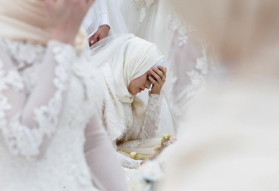 Невеста во время массовой свадьбы в Грозном