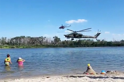 Боевой вертолет пролетел в двух метрах над купающимися россиянами