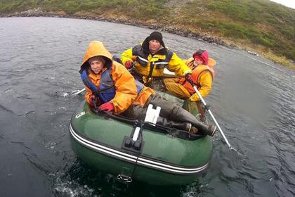 Магаданские спасатели эвакуировали унесенную в море семью с ребенком