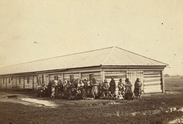 Жены и дети ссыльных перед бараком в Сибири. 1885-1886 годы. Фото Дж. Кеннана