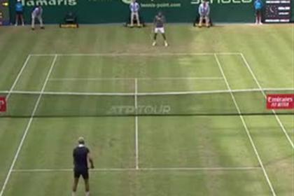 Теннисисты прервали матч и внезапно перешли на футбол