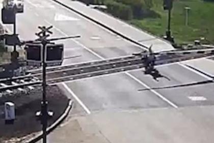 Старик упал с мотоцикла на пути и в последний момент избежал смерти под поездом