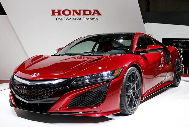 """Гибридный суперкар Honda NSX дебютировал в марте 2015 года на международном автосалоне в Женеве. Автомобиль <a href=""""https://www.honda.co.uk/cars/new/nsx/overview.html"""" target=""""_blank"""">оснащен</a> тремя электромоторами и 3,5-литровым шестицилиндровым двигателем, которые в сумме дают 573 лошадиные силы. Суперкар способен разгоняться с места до 100 километров в час примерно за три секунды, а его максимальная скорость составляет 307 км в час. <br></br> В настоящее время Honda <a href=""""https://www.forbes.com/sites/peterlyon/2019/05/28/hot-650hp-type-r-flagship-model-to-be-added-to-acura-nsx-lineup/#173ad25932c0"""" target=""""_blank"""">ведет</a> разработку новой топовой версии гибридного суперкара NSX второго поколения, которая получит традиционное обозначение Type R. Премьера автомобиля состоится осенью 2019 года на мотор-шоу в Токио. По предварительным данным, суммарная отдача агрегатов модернизированной силовой установки составит около 650 лошадиных сил. По предварительной информации, оцениваться такая версия будет минимум в 200 тысяч долларов."""