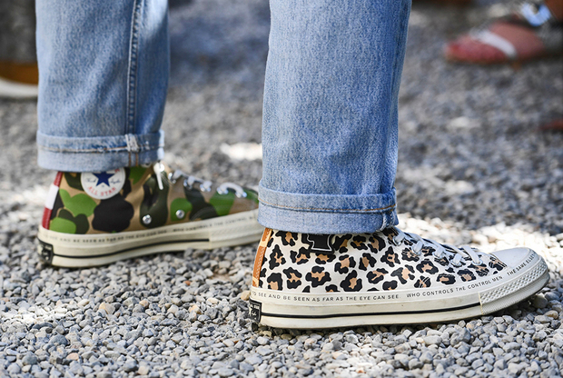 Тем, кто не может выбрать между двумя самыми популярными принтами сезона — леопардовым и камуфляжным, на помощь приходит столь же популярный тренд обуваться в, как выражаются сапожники, полупары одной модели, но разной расцветки.