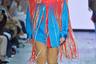 Дизайнер южнокорейской марки Youser Ли Му Ёл (Lee Moo-Yeol) в сезоне весна-лето 2020 вдохновляется ковбойской эстетикой в духе «богатый техасский фермер на родео», на подиуме добавляя к ней театральности вроде закрывающих лицо попон с длиннейшей бахромой.