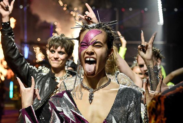 Стиль «спортивный шик» в исполнении Филиппа Пляйна постепенно превращается в «дрэг-шик»: по подиуму на его показе шагали агрессивно-андрогинные модели в блестящих одеяниях и с макияжем, напоминающим сценический грим группы AC/DC в ее лучшие годы.