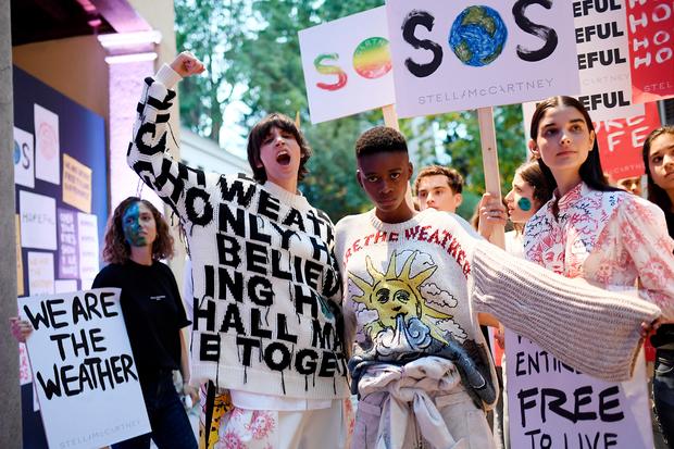 Британская дизайнерка Стелла Маккартни, неуемный борец за все хорошее против всего плохого, прежде всего за экологию против загрязнения окружающей среды, стилизовала показ своей новой коллекции под многолюдный митинг «зеленых» в футболках с броскими надписями и с соответствующими плакатами в руках.