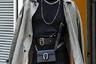 Этот гость недели моды наглядно демонстрирует микс рокерского (серебряные цепи, браслеты и перстни), брутально-гомоэротического (темные очки-авиаторы, черный берет, облегающий топ) и агендерного (женская клипса, сумочка и тренч) стиля. Стритстайл-фотографы в восторге.