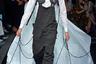 Марка Emporio Armani подчеркнула свой маскулинно-бунтарский дух, выпустив на подиум моделей в комбинезонах-карго и шлемофонах в стиле летчиков Второй мировой. В полном соответствии со старым анекдотом про Штирлица шагающие по подиуму модели тащили за собой стилизованные парашюты.