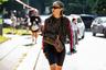 Для визита на показ Fendi китайская it-girl и стилистка, по своему обыкновению, облачилась в total look «заглавного» бренда (в Fendi от худи до велосипедок), а сумочку не смогла выбрать — взяла сразу две. Похоже, «африканские» косички снова в моде даже у китаянок.