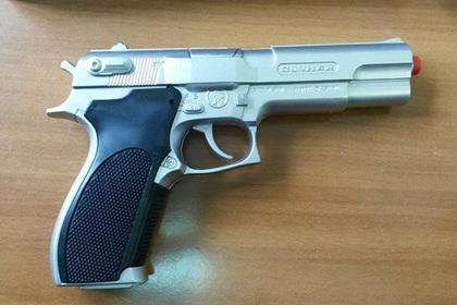 Россиянин принял пристава за коллектора и прогнал его игрушечным пистолетом