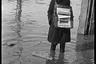 Продавец газет во время наводнения в Варшаве. Польша, 1940 год.