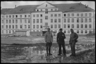 Военные полицейские во время наводнения во дворе комендатуры. Варшава, Польша, 1940 год.