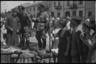 Германские военные полицейские на рынке в еврейском гетто. Польша, 1940-1941 годы.