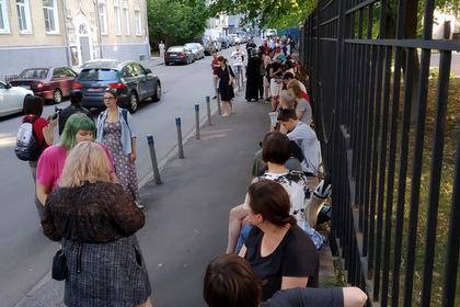 Россиянки вышли к зданию СК в защиту сестер Хачатурян