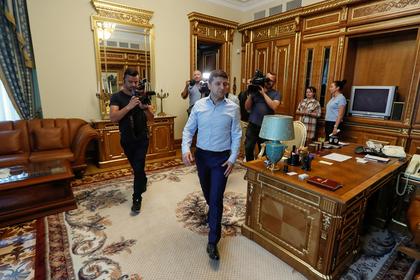 Зеленский привел журналистов в свой кабинет и показал «прикол»