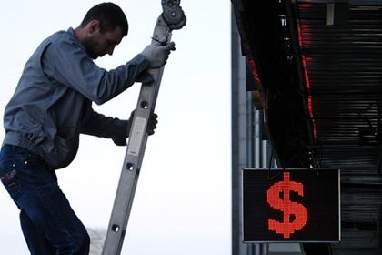 Доллар рекордно упал